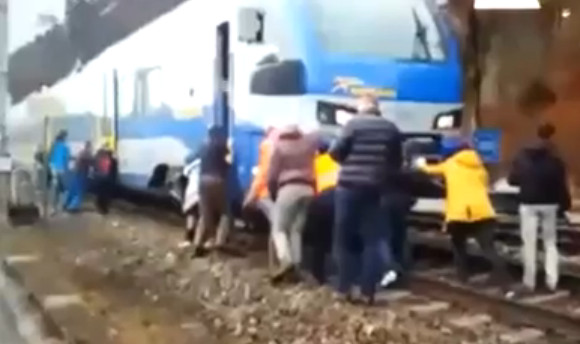 Germany: Passengers pushed the powerless train