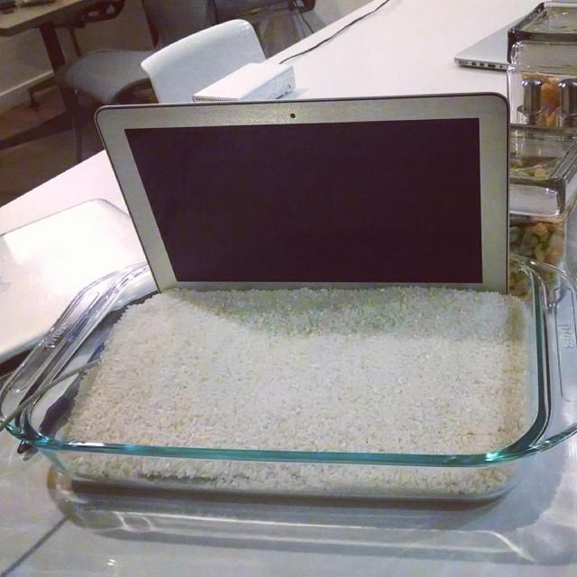 FOTO: Šta uraditi kada prolijete tečnost po laptopu ili telefonu?